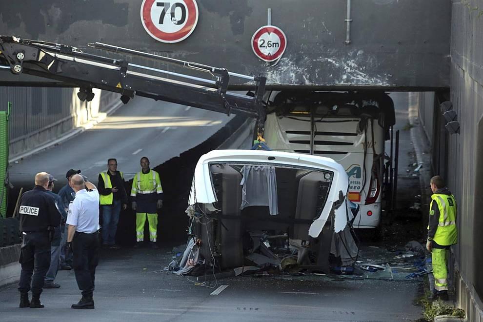 Accidente de un autobús escolar en Lille (1/28) - Al menos 15 personas han resultado heridas este domingo, cuatro de ellas de gravedad, en el accidente de un autobús con 60 estudiantes españoles a bordo al quedarse encajado en un túnel de la localidad francesa de Lille. - Nacional -
