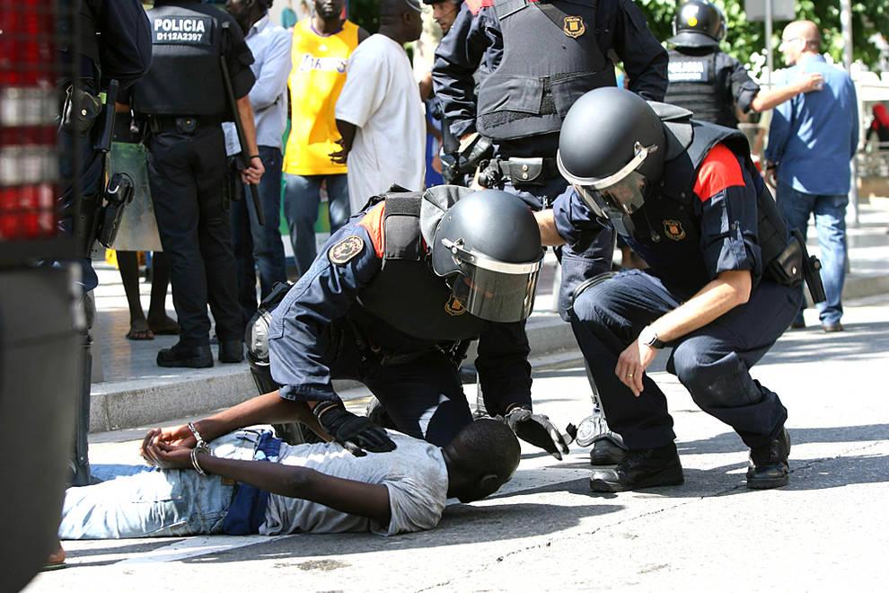 """Disturbios en Salou (1/7) - Un hombre, de origen senegalés y unos 50 años de edad, ha fallecido al saltar por el balcón de su casa de Salou cuando huía de los Mossos d'Esquadra, que le iban a detener en una operación contra el """"top manta"""", lo que originado incidentes, con al menos un detenido y una quincena de heridos. - Nacional -"""