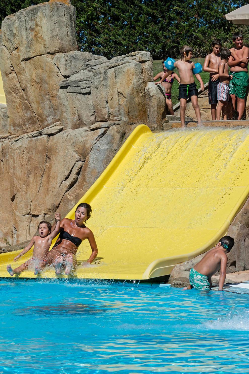 Verano las piscinas apuran a pleno sol una dilatada for Piscinas viana