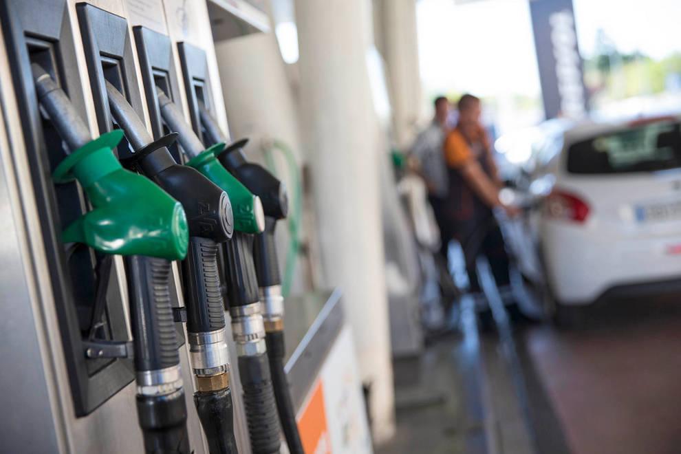 Resultado de imagen de El precio de la gasolina cae por primera vez en todo el año