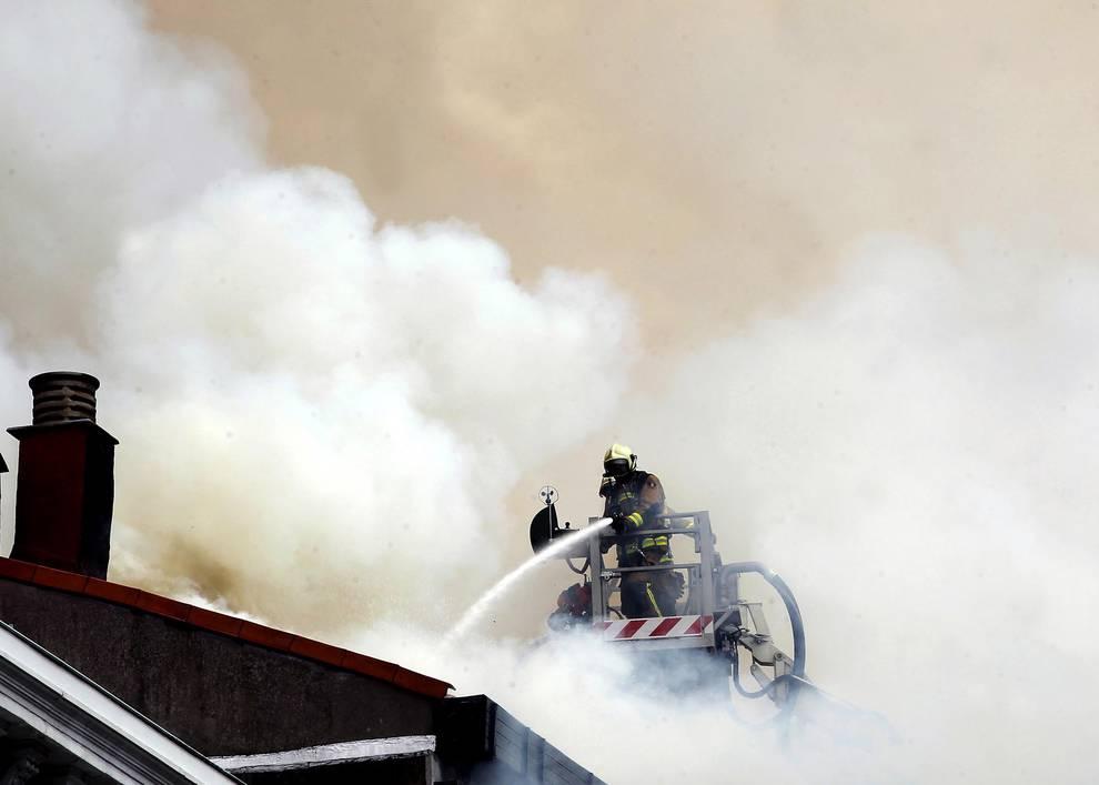 Incendio en Oviedo (1/7) - Tres dotaciones de los Bomberos del Servicio de Emergencias del Principado de Asturias (SEPA) se han sumado al amplio operativo desplegado por los Bomberos de Oviedo. - Sucesos -