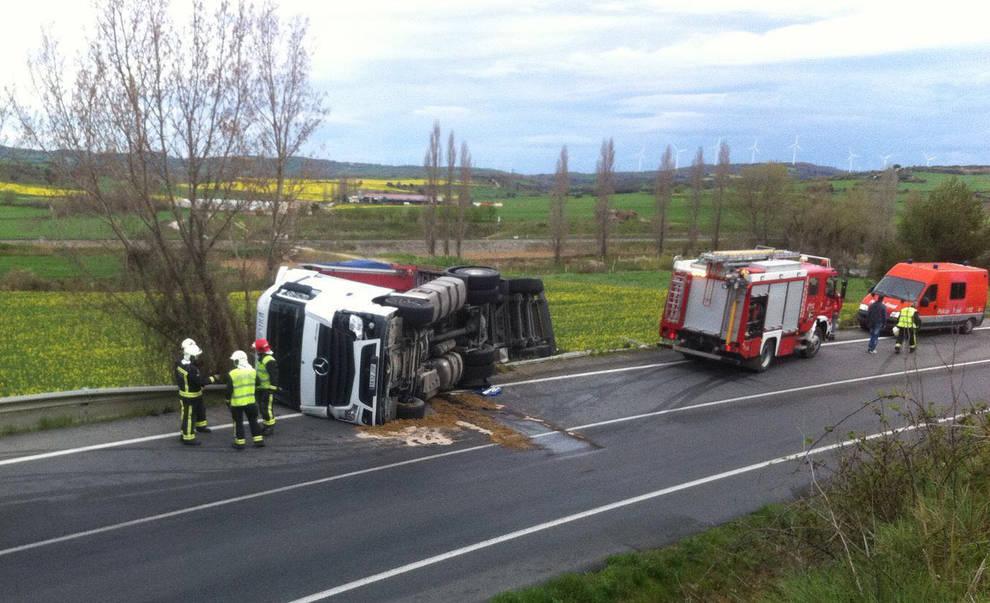 Accidente en la N-121, en Barásoain (1/4) - Un camión ha volcado en la N-121 a la altura de Barásoain sin causar heridos. - Sucesos -