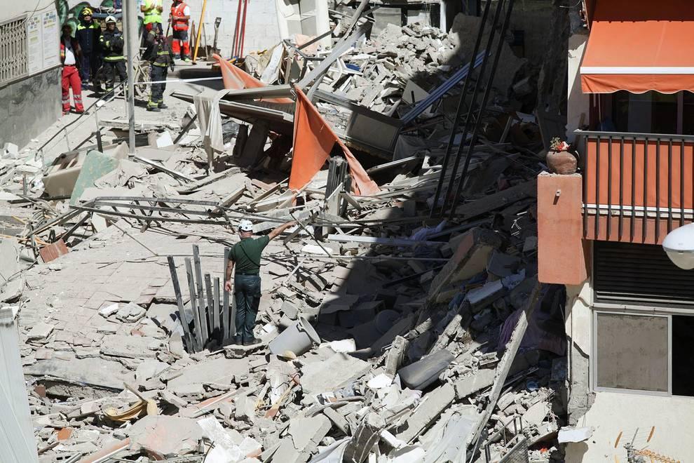 Derrumbe en Los Cristianos (Tenerife) (1/5) - Un edificio de Los Cristianos (sur de Tenerife)  se ha derrumbado parcialmente este jueves por la mañana. Se trata de un edificio de cinco plantas de unos treinta o cuarenta años. - Sucesos -