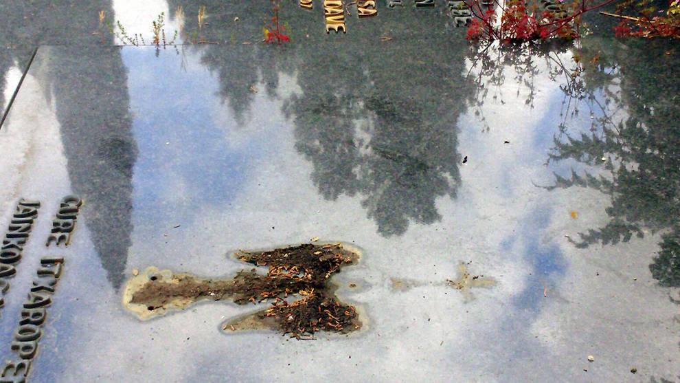 Robos en el cementerio de Pamplona (1/5) - La Policía Municipal de Pamplona investiga el robo de diversos objetos metálicos, en su mayoría de cobre, que tuvo lugar la madrugada del miércoles al jueves, en al menos 46 enterramientos del cementerio municipal de San José. - Sucesos -