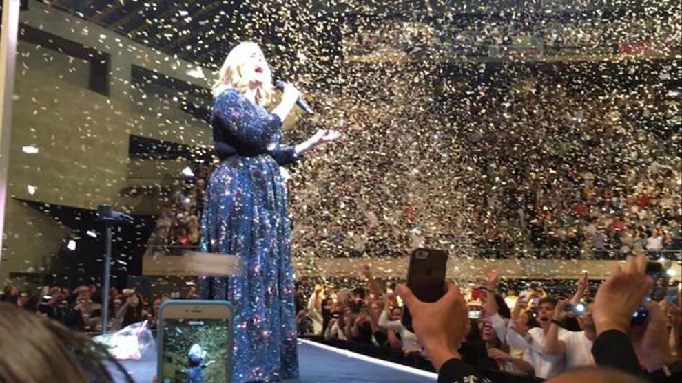 Adele conmueve con su música y hace reír con sus bromas en Barcelona