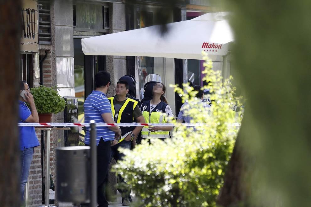 Un policía se atrinchera en Alcobendas (1/10) - Policías en el exterior del restaurante chino de la localidad madrileña de Alcobendas donde un inspector de Policía se ha atrincherado, amenaza con suicidarse y no deja acercarse a nadie. - Sucesos -