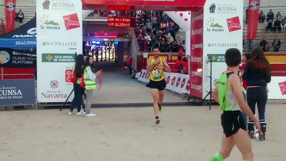 III EDP San Fermín Marathon (VI) (1/3) - Los corredores de la prueba entran en la meta de la plaza de Toros. - Fotos DNRunning -