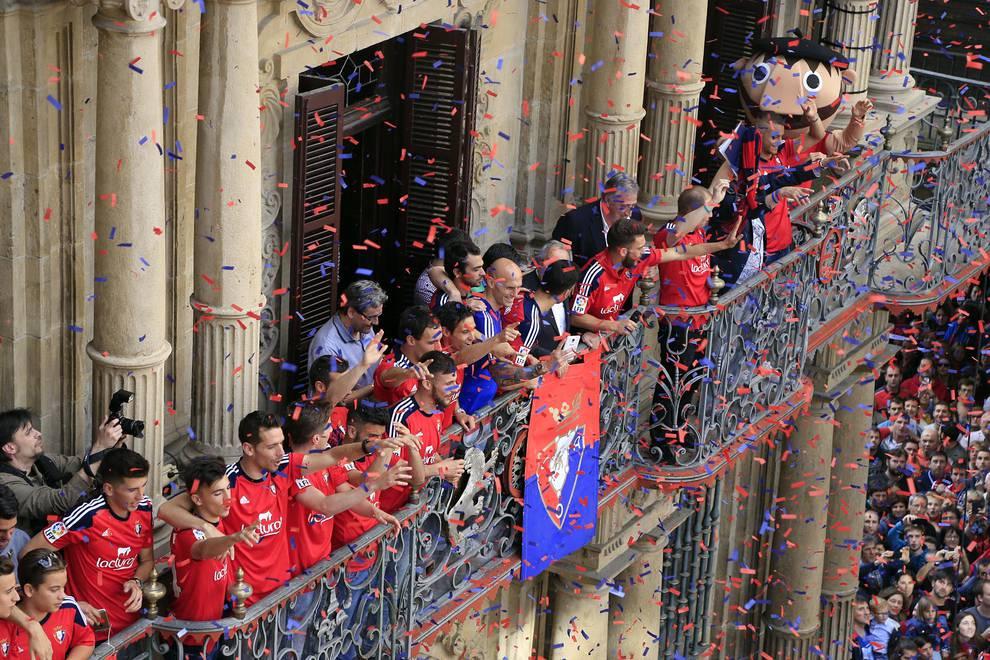 Homenaje a Osasuna en el Ayuntamiento de Pamplona por el ascenso (IV) (1/21) - La Plaza Consistorial se tiñó de rojo en la celebración del ascenso de Osasuna a Primera División. - Osasuna -