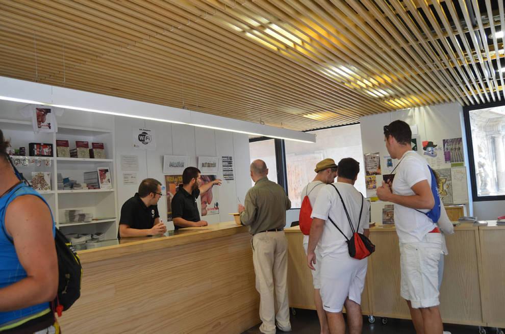 San ferm n la oficina de turismo atendi los pasados for Oficina de turismo sintra