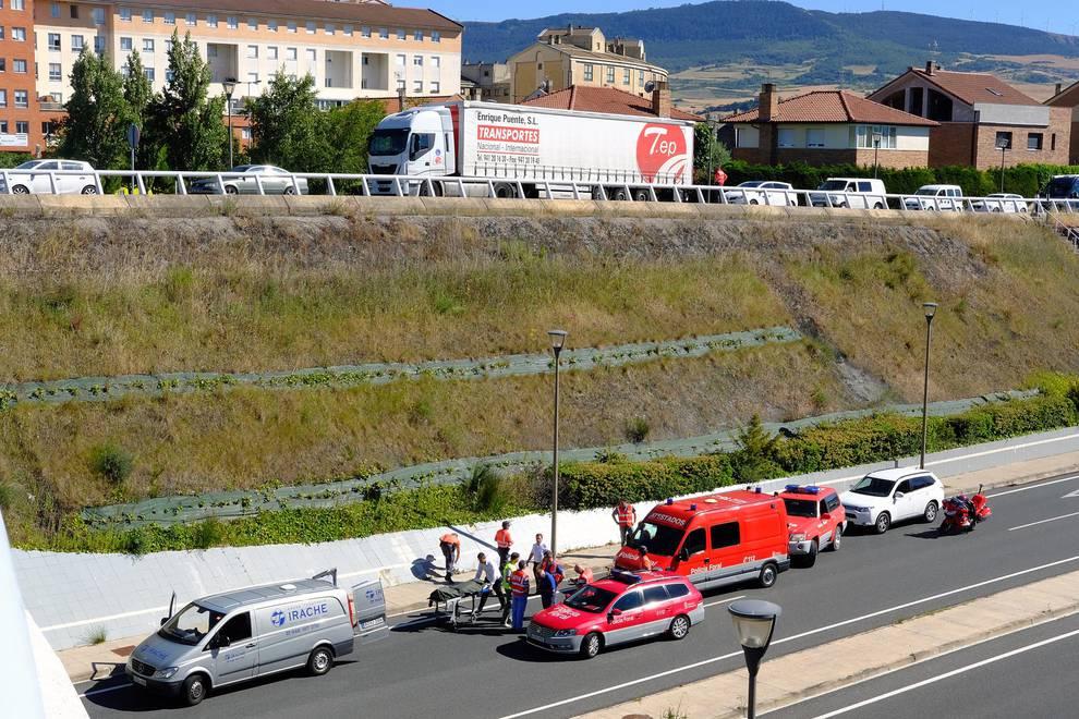 Accidente mortal en Zizur (1/19) - Dos jóvenes, un chico y una chica, fallecieron este domingo 3 de julio tras sufrir un accidente con la scooter en la que viajaban en la A-12, a la altura del paso inferior de Zizur, en dirección a Pamplona. - Sucesos -