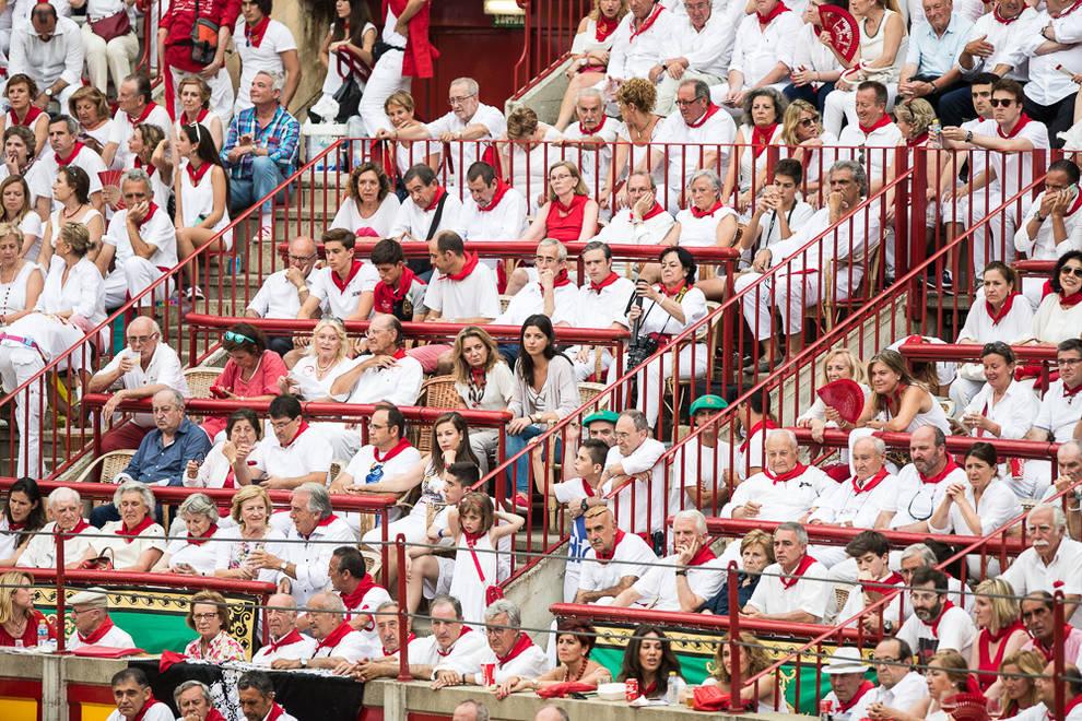 Búscate en el tendido de la corrida del día 7 (1/146) - Público asistente a la primera corrida de la feria taurina de 2016 - Vida Sana -