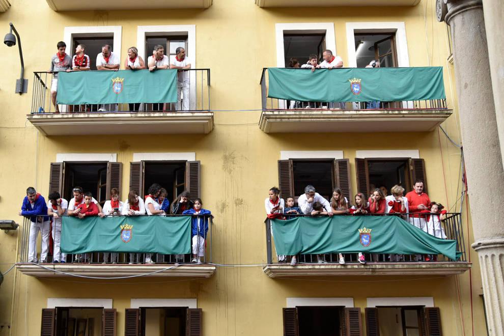 Familias de adano han visto el encierro de san ferm n hoy desde los balcones de casa seminario - Apartamentos san fermin new york ...
