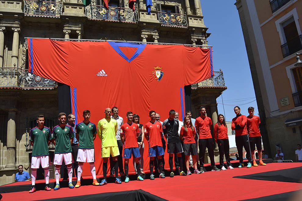 4246a6f9f Los jugadores de Osasuna posan con las nuevas equipaciones ante la fachada  del Ayuntamiento de Pamplona.