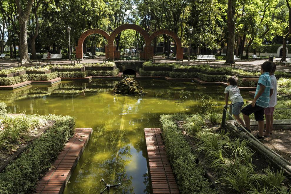 Dnplus limpian el estanque de la media luna tras for Plastico estanque