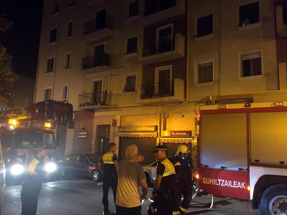 Incendio en la Rochapea (1/4) - Un sofá comenzó a arder en un piso de la calle Ansoáin y el fuego fue sofocado sin lamentar heridos. - Sucesos -