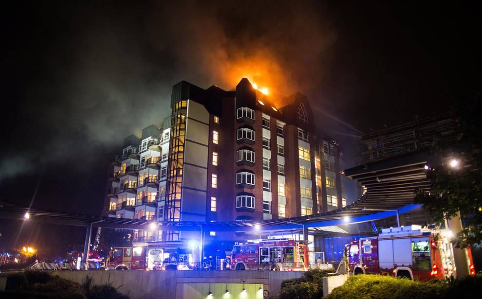 Incendio en el hospital universitario de Bochum (Alemania) (1/13) - Imágenes de las tareas de extinción de un incendio en el hospital universitario de Bochum (Alemania). - Sucesos -