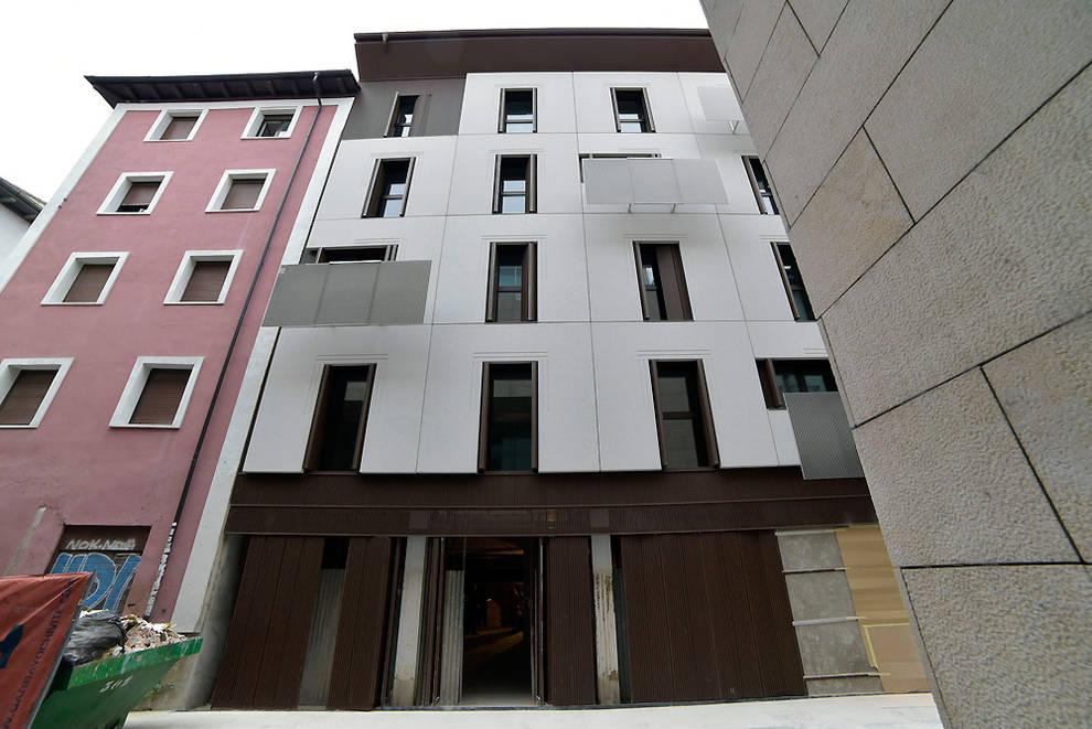 Finalizado el edificio con 17 viviendas dom ticas para realojos en descalzos noticias de - Pamplona centro historico ...