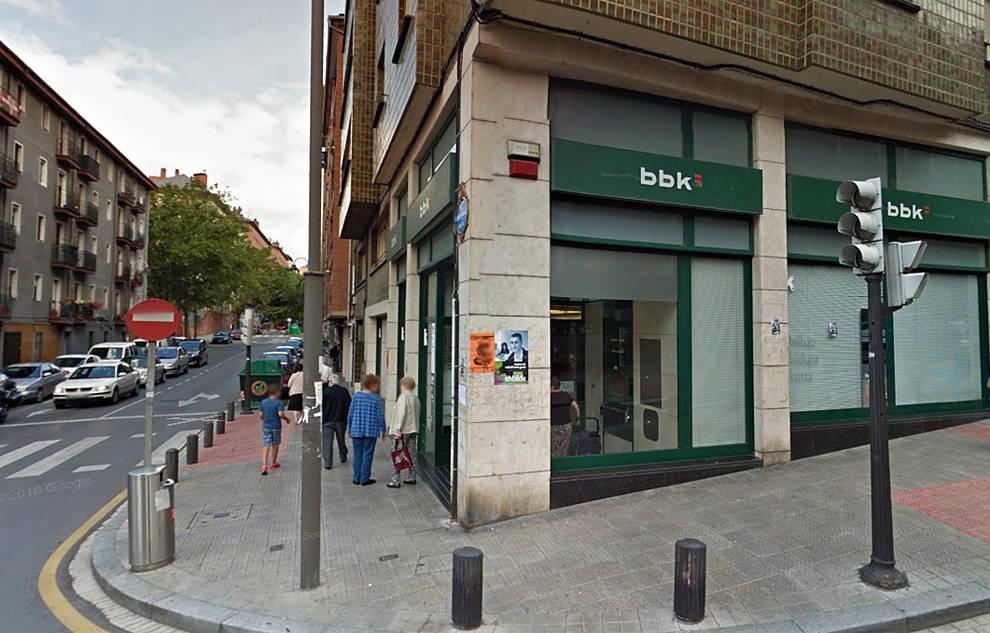 Varios encapuchados atacan dos sucursales bancarias en for Oficinas banco bilbao