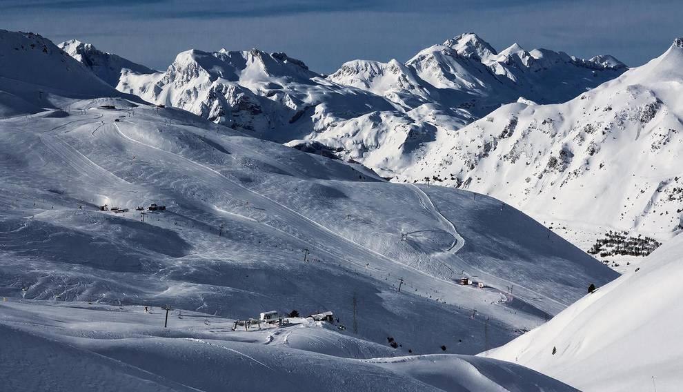 """La nueva apuesta en común de Astún y Candanchú (1/7) - Las dos estaciones oscenses unen fuerzas y se complementan en un proyecto conjunto con el que buscan ofrecer  """"un espacio único"""" de esquí. - Más deporte -"""