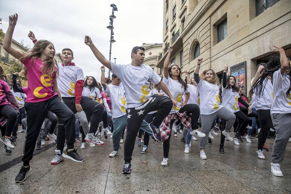 'Flashmob' joven del INDJ (1/6) - Cerca de 140 personas participaron en la iniciativa en Pamplona. - Pamplona -