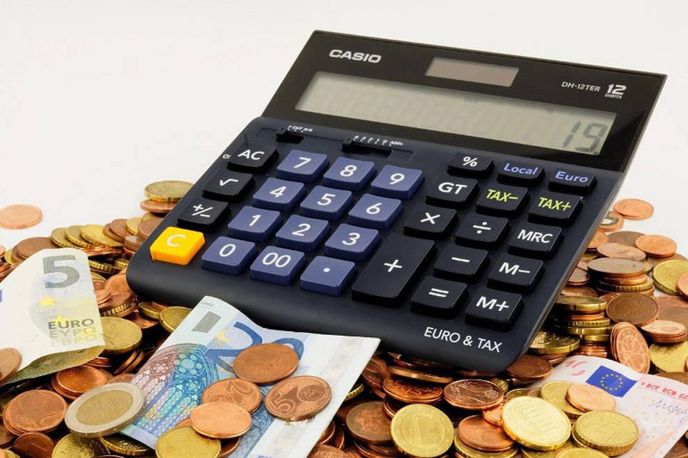 foto de una calculadora y dinero en euros
