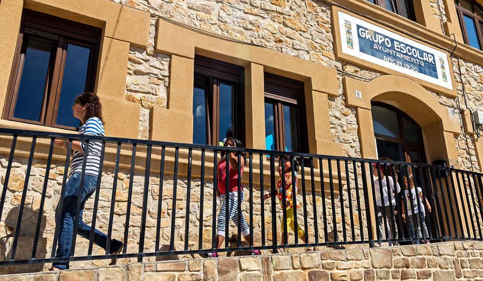 Exterior del colegio público de Ancín.