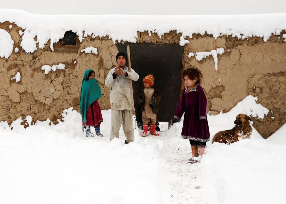 Temporal de frío y nieve en Afganistán (1/31) - El número de muertos por varios aludes provocados por el temporal de nieve en Afganistán aumentó este domingo a 108. - Internacional -