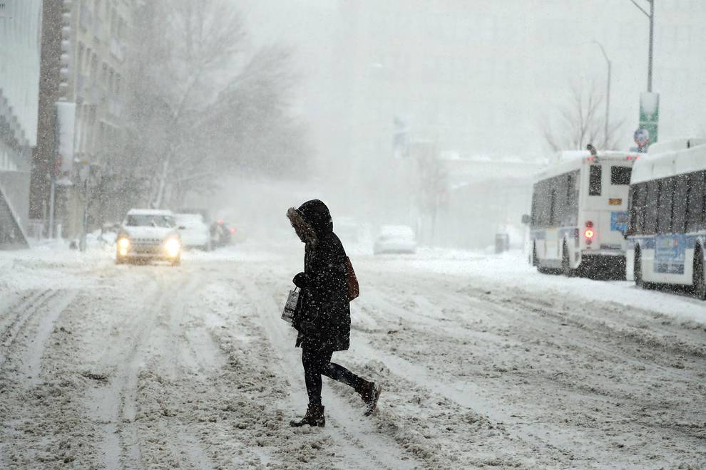 La nieve colapsa Nueva York (1/12) - Un fuerte temporal de nieve llevó este jueves a cancelar miles de vuelos en Nueva York y otras ciudades del noreste de Estados Unidos. - Internacional -