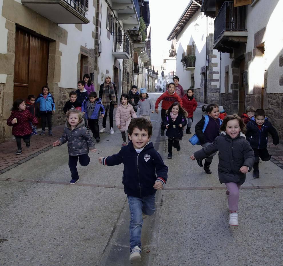Lantz es el pueblo de menos de 5.000 habitantes con mayor tasa de natalidad en España (1/6) - Un total de 20 de sus 155 habitantes son menores de 5 años - Navarra -