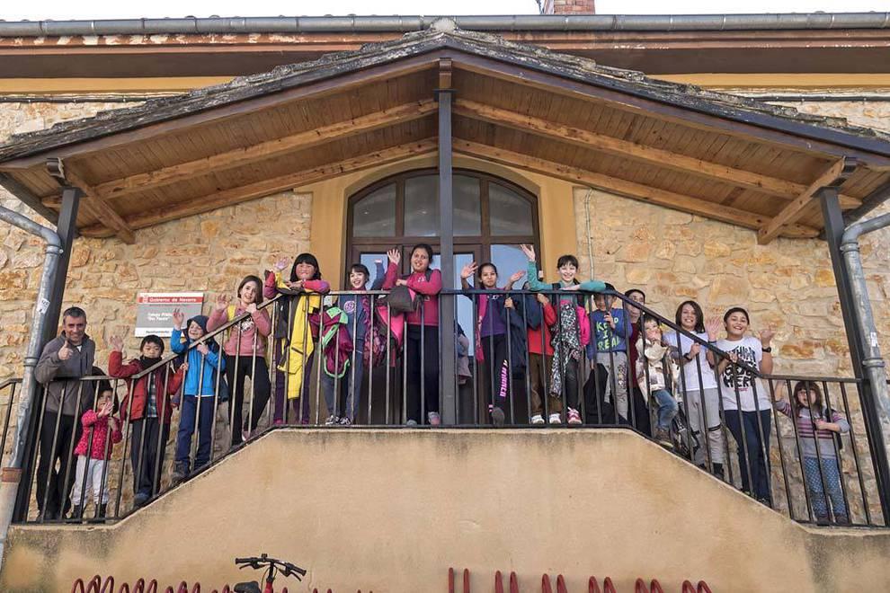 Los alumnos del colegio San Fausto de Ancín con su director, Koldo Solchaga, este viernes al salir de clase.