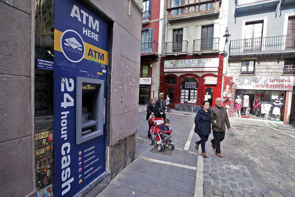Llegan los cajeros sin banco a pamplona noticias de for Buscador de cajeros