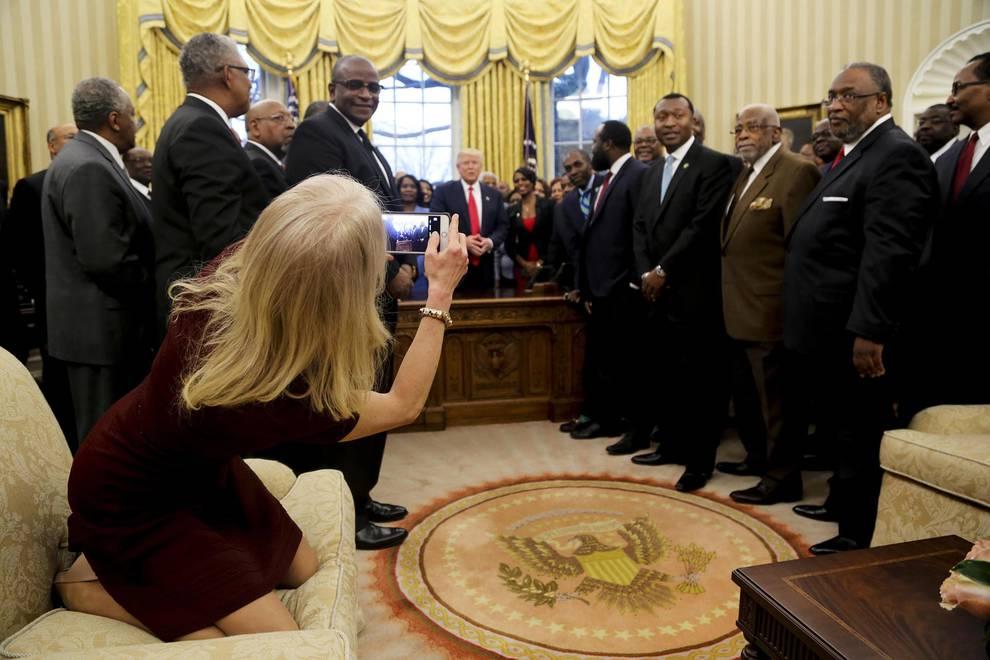 La curiosa postura de la asesora de Trump (1/7) - La consejera presidencial Kellyanne Conway ha protagonizado una de las imágenes de la jornada al tomar una fotografía al presidente de EE UU Donald J. Trump junto con un grupo de Estudiantes Negros de Colegios y Universidades (HBCUs) en el Despacho Oval de la Casa Blanca en Washington (EE.UU.). - Internacional -