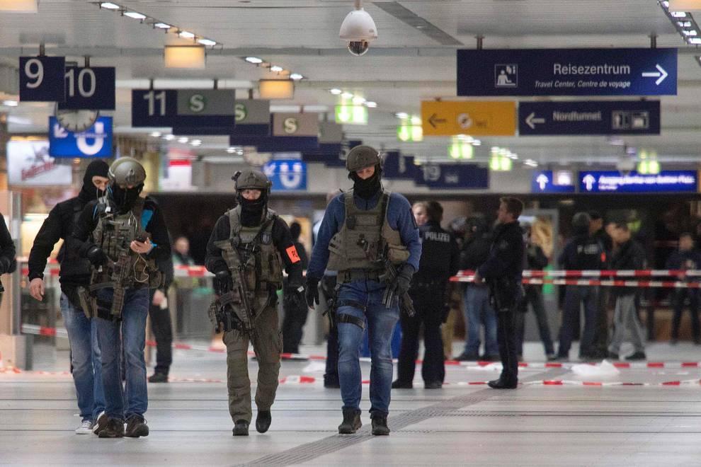 Cinco heridos en un ataque con hacha en Dusseldorf (1/16) - Imágenes del ataque con hacha en la estación de tren de Dusseldorf - Internacional -