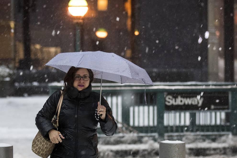 Tormenta de nieve en el nordeste de EE UU (1/45) - Una drástica reducción del tráfico y el intenso trabajo de los quitanieves marcaban este martes en Nueva York el inicio de la peor tormenta de la temporada invernal. En el centro de Manhattan las calles estabancasi vacías, con apenas tráfico y las aceras llenas de nieve, que comenzó a caer esta madrugada tanto en la ciudad, como en el resto del nordeste del país. - Internacional -
