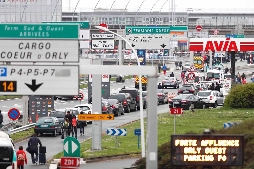 Evacuado el aeropuerto de Orly de Paris tras el incidente (1/72) - El aeropuerto de Orly de Paris ha sido evacuado esta mañana después de que un hombre fuese abatido por varios agentes de seguridad por arrebatar al arma a un soldado. - Internacional -