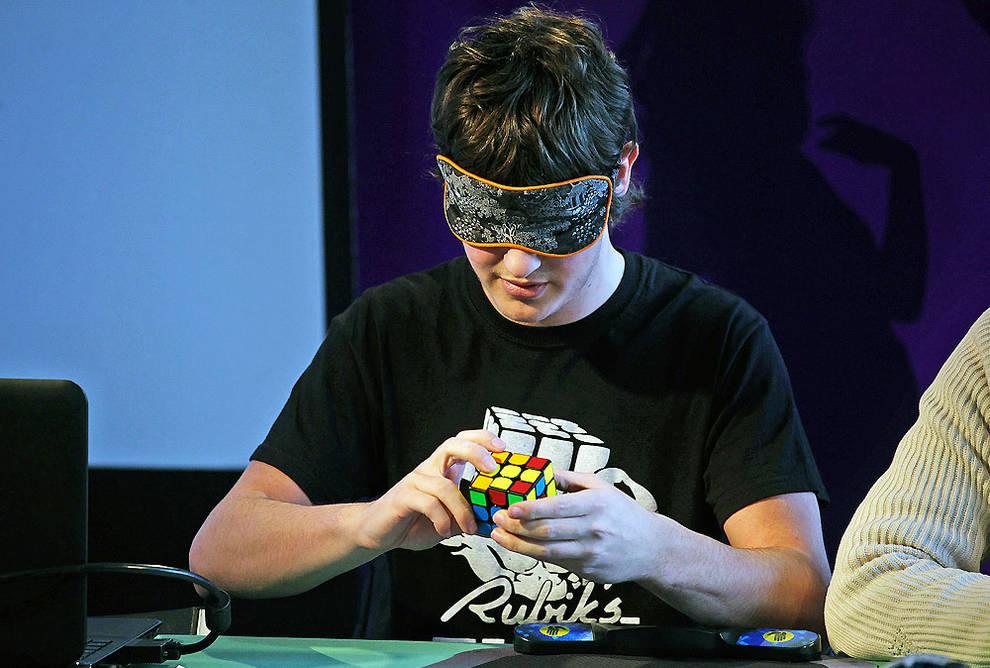Pamplona acoge un campeonato internacional sobre el cubo for Rubik espana
