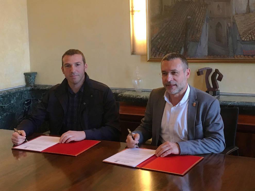 2fcbed4a2 El alcalde de Berriozar y el vicepresidente Laparra, durante la firma.