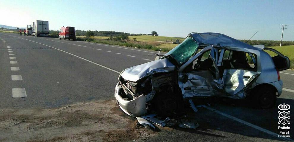 Colisión entre un vehículo y un camión en el cruce de Allo y Sesma (1/4) - Una conductora de 30 años ha resultado herida de gravedad tras una colisión frontolateral ocurrida en Allo. En el suceso se han visto implicados un camión y un turismo, en el que viajaba una mujer. Se trata del cruce de la NA122 (Estella-Andosilla) con la NA666 (Allo-Sesma), kilómetro 12. - Contenidos -