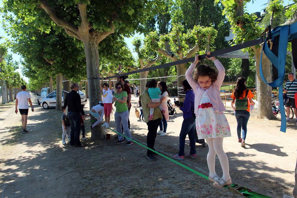 Fiesta del día del árbol en Tudela (1/16) - niños plantan arboles en paseo del Prado de Tudela - Tudela y Ribera -