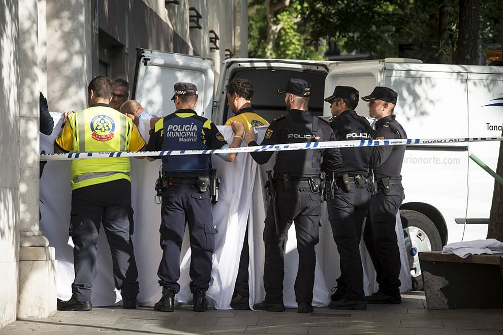 agentes de la polica y los servicios mdicos en el portal donde ocurri el accidente