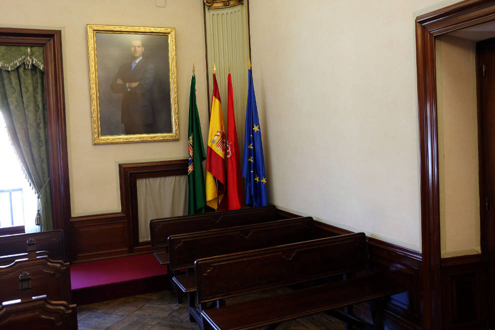 Recolocación de banderas y retrato del Rey en Ayuntamiento de ...