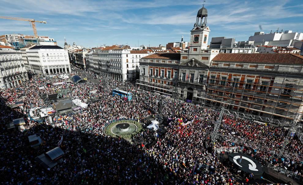 Miles de personas apoyan en la puerta del sol la moci n de for Puerta del sol 2017