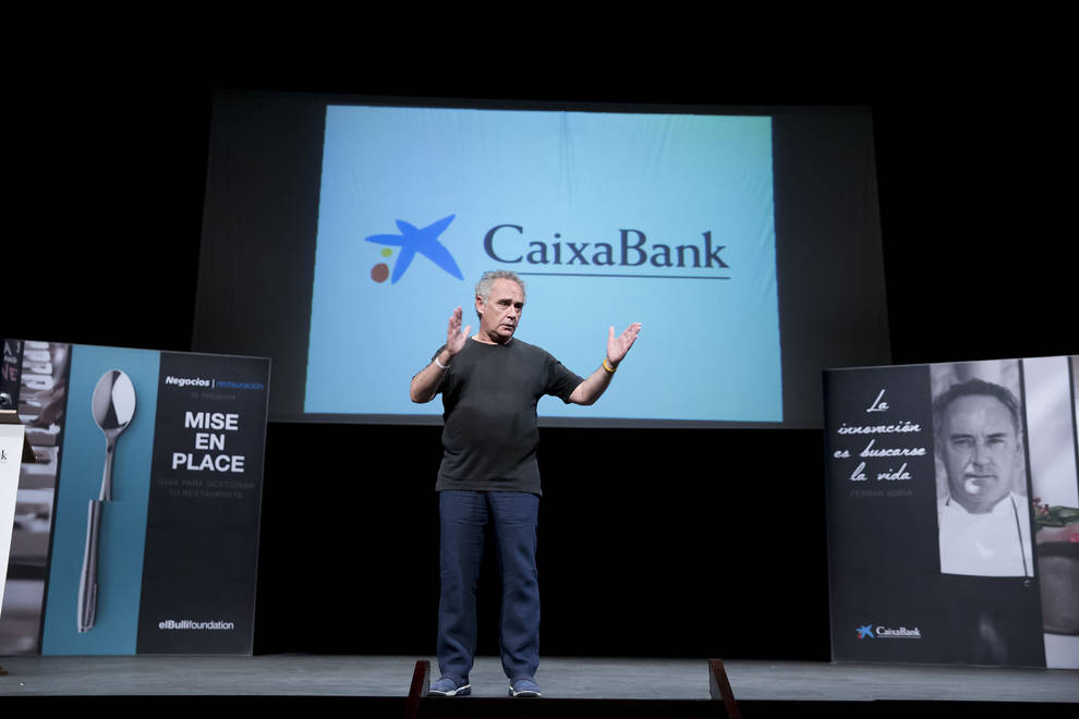 Ferran Adriá presenta la Guía para Emprendedores en Restauración (1/3) - CaixaBank y elBulliFoundation han presentado en Pamplona 'Mise en Place'. El acto, que se ha desarrollado en el teatro Gayarre, ha contado con la presencia de Ferran Adriá y  ha reunido a 400 emprendedores y empresarios del sector de la restauración. - DN Management -