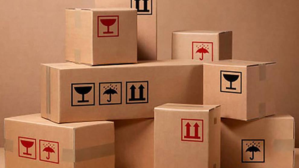 foto de una pila de cajas de cartón