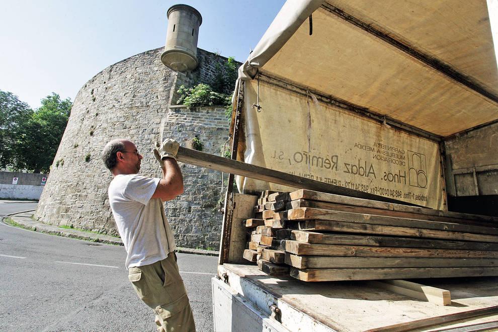 Montaje del vallado del encierro (1/5) - Montando el vallado del encierro, este jueves, en Pamplona - Pamplona -