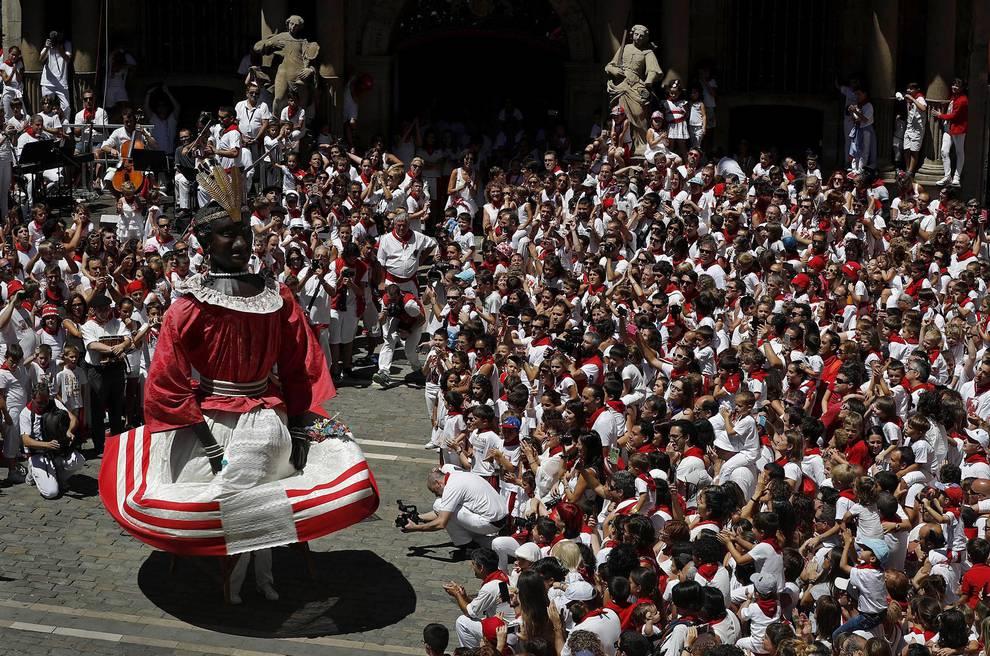 Despedida de la Comparsa (1/15) - Fotos de la emocionante despedida de la Comparsa de Gigantes y Cabezudos de las fiestas de San Fermín de 2017. - San Fermín -