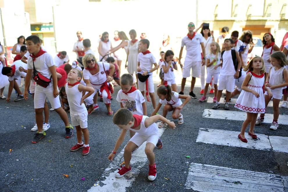 Día del Muete en San Martín de Unx (1/18) - El día de los más jóvenes en las fiestas de San Martín de Unx. Lanzamiento del cohete de la corporación txiki y homenaje a los nacidos de este año y ofrenda floral a la virgen. - Contenidos -