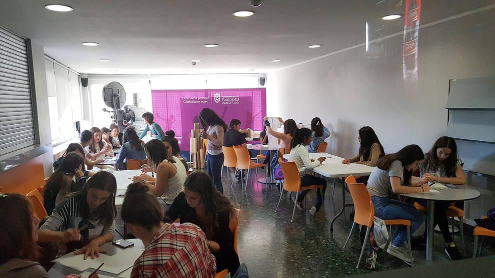 un taller en la casa de la juventud