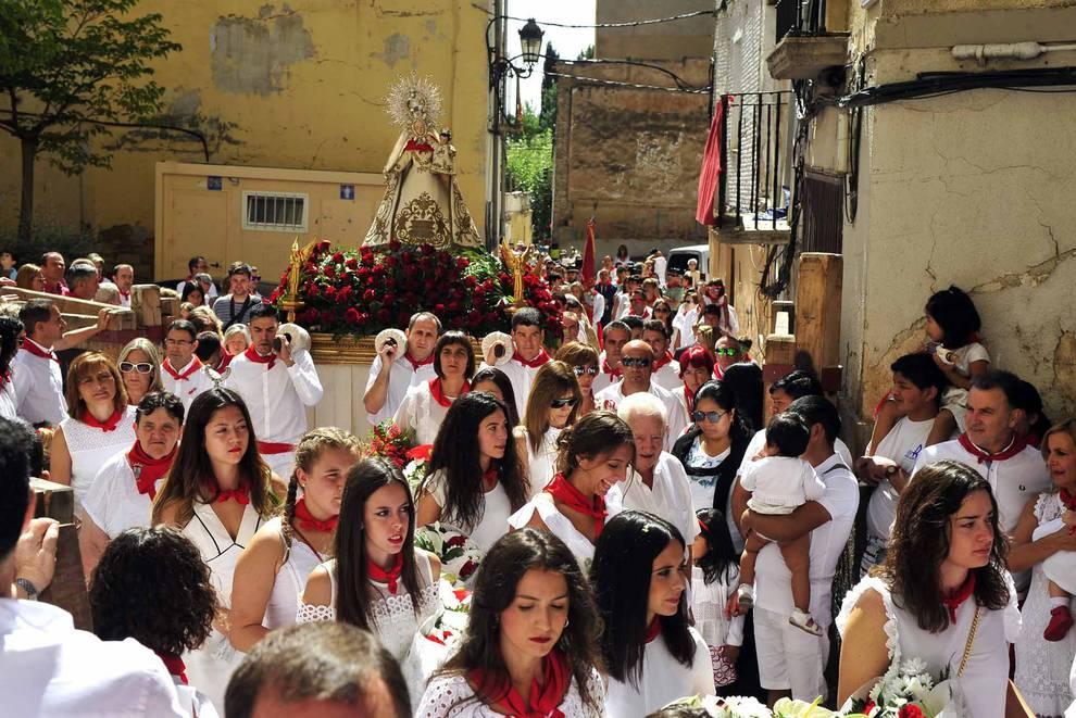 Día grande en las fiestas de Peralta (1/22) - Imágenes de la procesión en honor a la Virgen de la Nieva. - Tafalla y Zona Media -