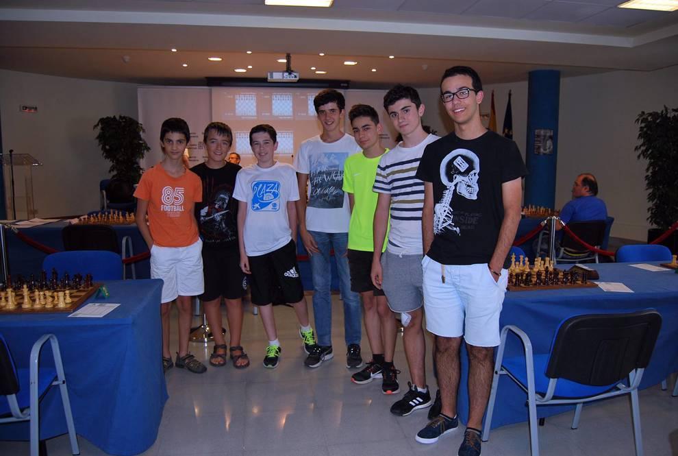 Entre tableros de ajedrez (1/7) - Entre el 28 de agosto y el 3 de septiembre, la Federación Navarra de Ajedrez organizó en el salón de actos de la Residencia Fuerte del Príncipe dos torneos de ajedrez. En el I Torneo Cerrado de Promoción tomaron parte diez jugadores, varios de ellos con el grado de Maestro Internacional. El cubano Julio Javier Alonso se hizo con la victoria. El III Open de Ajedrez de Ansoáin contó con 69 ajedrecistas en el cuadro donde el valenciano Javier Nieves fue el ganador. - Más deporte -